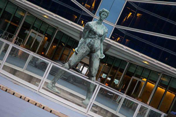 bronzestatue-frauenfigur-aus-bronze